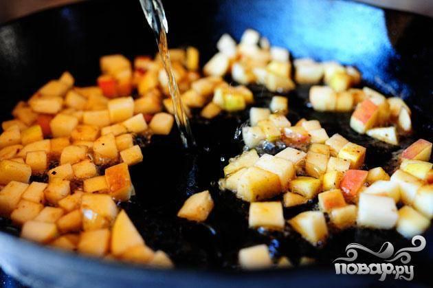 2. Уменьшить огонь до среднего. Добавить нарезанные кубиками яблоки и перемешать, чтобы объединить их с оставшимся маслом. Влить белое вино и уксус, перемешать. Варить, пока жидкость не уменьшится на половину, около 5 минут.