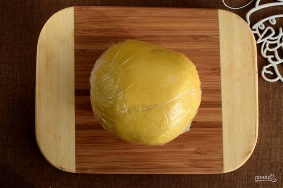 Замесите мягкое тесто, не липнущее к рукам. Заверните его в пищевую пленку и положите в холодильник на 30 минут.