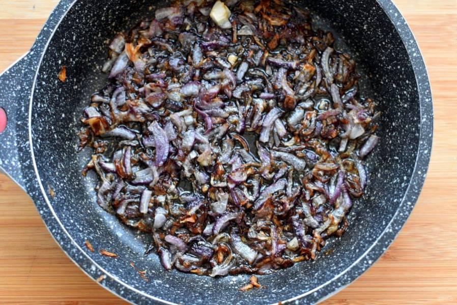 Лук мелко нашинкуйте и обжарьте на масле до хорошего румянца, чтобы вкус был насыщеннее.