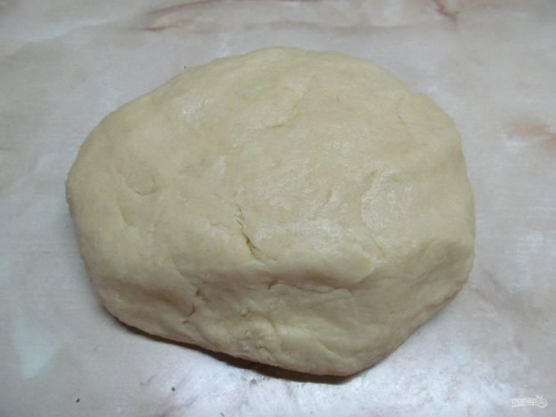 Заверните тесто в пищевую пленку и отправьте в холодильник минут на 30.
