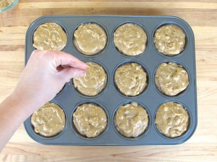 10. Разложите тесто по формочкам. Немного присыпьте изделия сахаром и корицей.