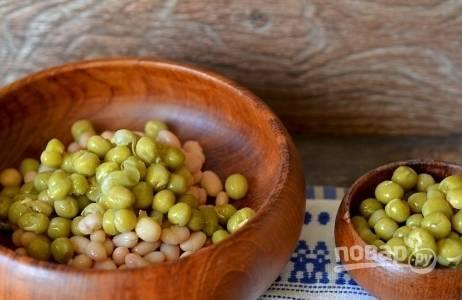 Затем откройте банку с консервированным зеленым горошком. Жидкость слейте, четыре столовые ложки горошка переложите к фасоли.