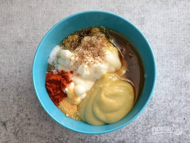1.Сперва в миску выложите горчицу, майонез, мед, чесночный порошок и паприку, соль и молотый перец.