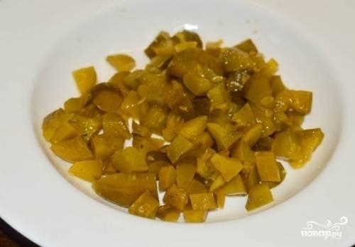 Еще через 15 минут (картофель должен уже быть мягким) добавляем нарезанные на небольшие кубики огурцы, огуречный рассол и мелко нарезанный укроп. Варим еще минут 5 — и горячим подаем на стол.