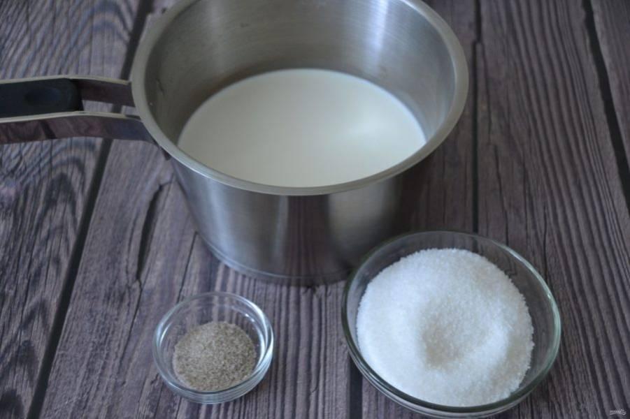Пока желатин набухает, всыпьте в сливки 60 грамм сахара и пакетик ванильного сахара, нагрейте, но не кипятите.