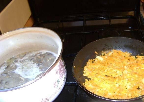 Теперь обжарьте лук и морковь на растительном масле до золотистости. Добавьте их к шампиньонам и рису. Варите до мягкости риса.