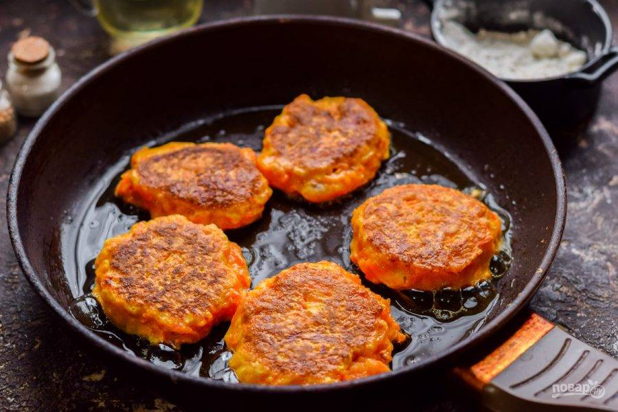 Сформируйте котлеты. Жарьте их на сковороде с каждой стороны по 4-5 минут на небольшом огне.