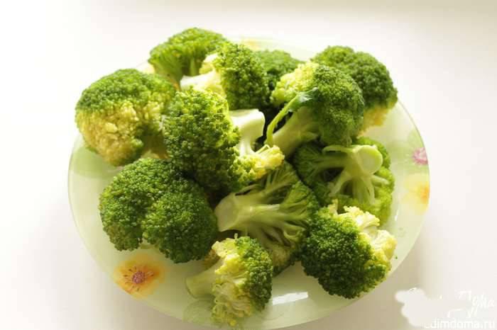 Свежую капусту брокколи разберите на соцветия и отварите в подсоленной воде около трёх минут.