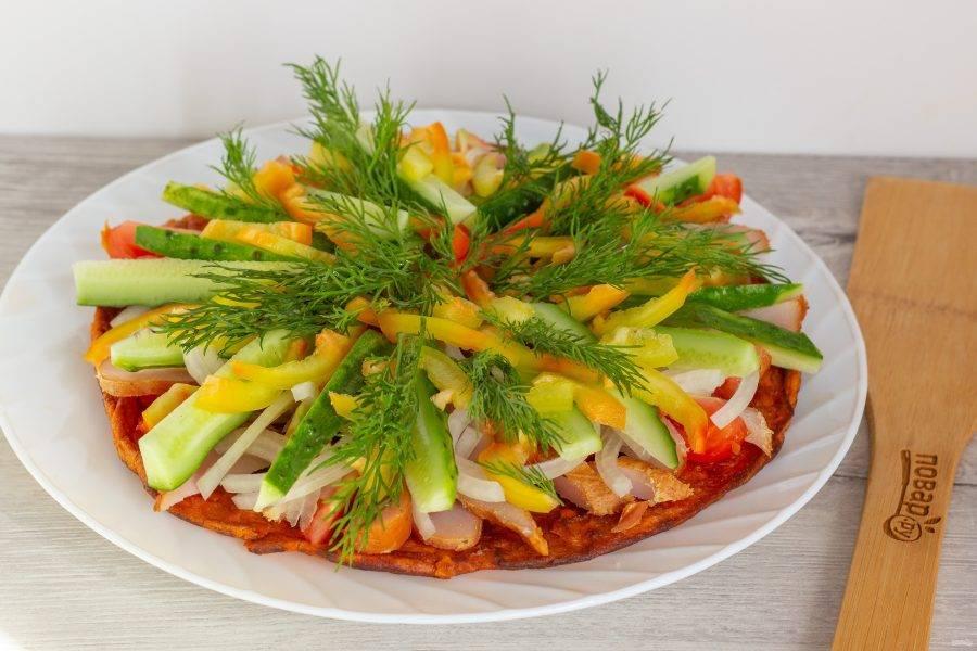 Украсьте веточками укропа и подавайте к столу! Положите порцию галеты с овощами и курицей каждому на тарелку.