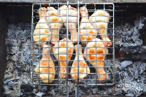 Курицу необходимо жарить не менее 35-45 минут (в зависимости от размера кусочков и жара), чтобы она как следует приготовилась.