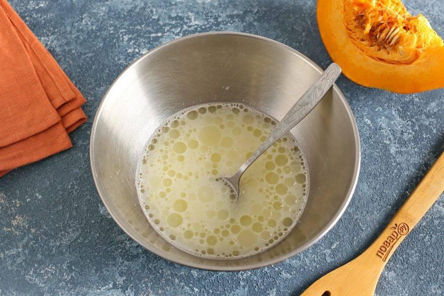 Взбейте яйцо с солью. Добавьте воду, растительное масло и взбейте все еще раз.