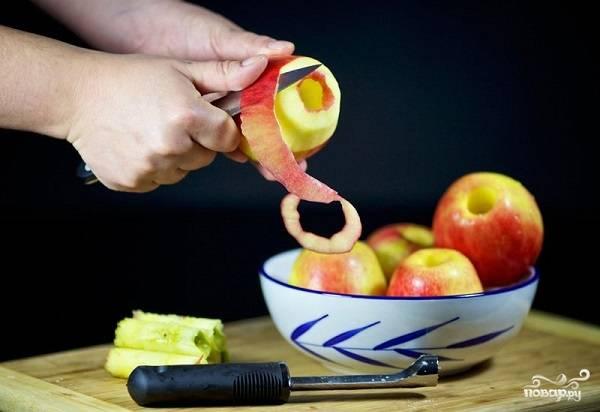 6. За это время можно заняться яблочками. Очистите их аккуратно от шкурки и удалите сердцевинку.