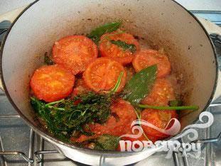 Перевернуть помидоры и жарить еще 2 минуты.