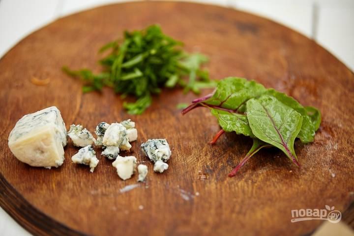 Промойте листья мангольда и щавеля. Нарежьте их для подачи вместе с сыром.