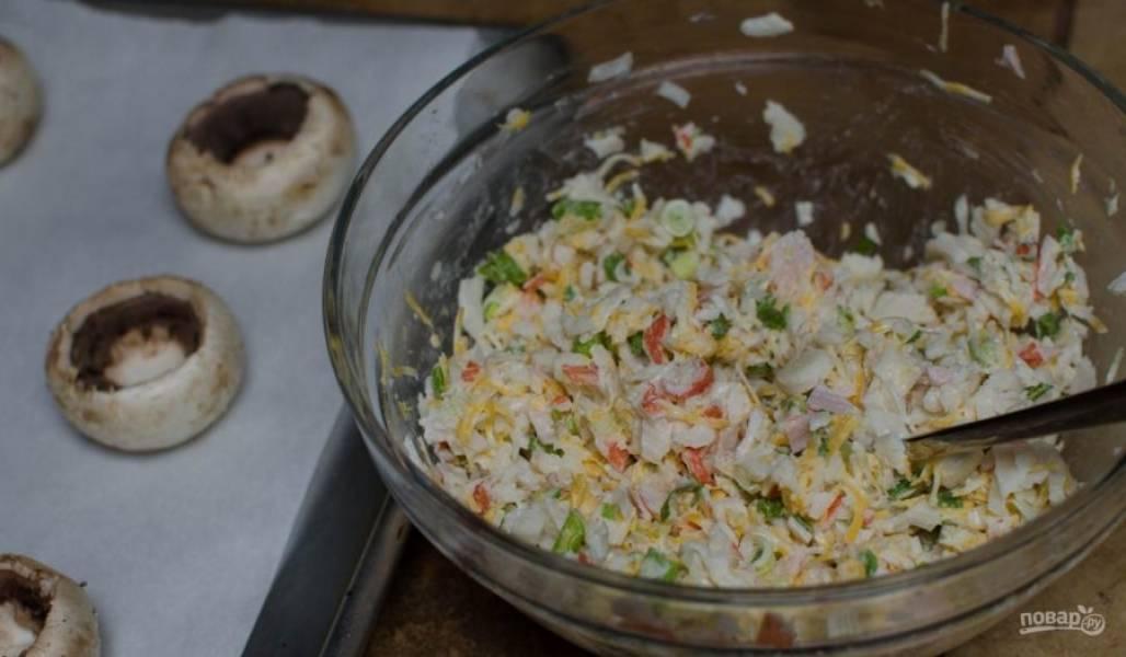 Затем перемешайте лук с натёртыми продуктами и майонезом.