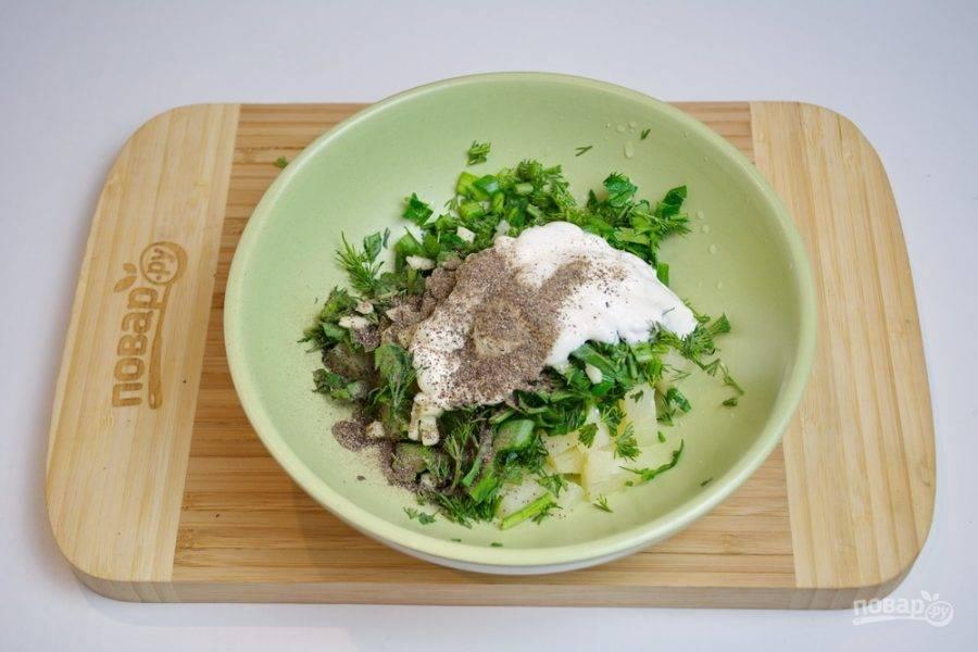 Добавьте в миску сметану, соль, черный молотый перец и перемешайте. Начинка для кармашек готова.