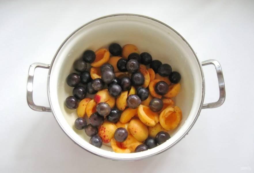 Терн помойте и добавьте к абрикосам.