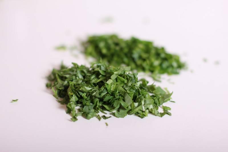 3. Вымыть и просушить зелень, затем измельчить. Использовать в рецепт приготовления блинов с творогом и зеленью можно и свежую, и сушеную зелень для аромата.