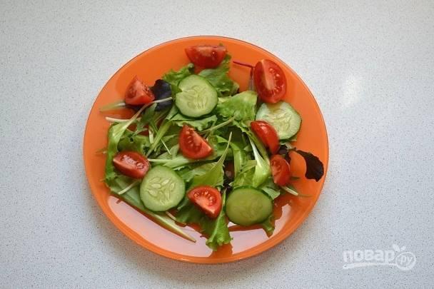 Добавьте нарезанный ломтиками огурчик и помидорки.