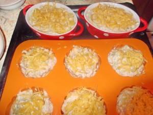 7. Заполняем формочки и посыпаем тертым сыром. Запекаем 25-30 минут в разогретой духовке.