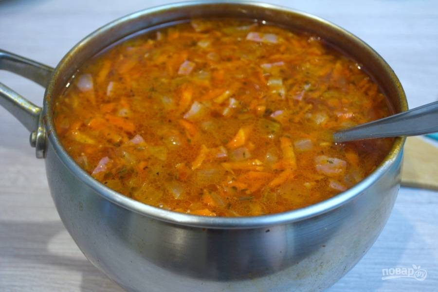 К кипящему картофелю добавьте кильку в томате вместе с жидкостью из банки. В суп добавьте нашу зажарку. Варите 5-7 минут.