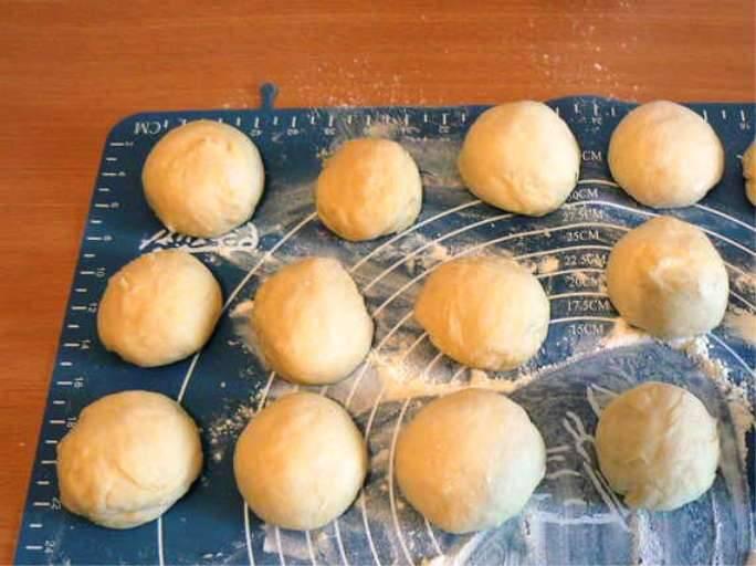 Тесто разделите на части и раскатайте в лепешки.