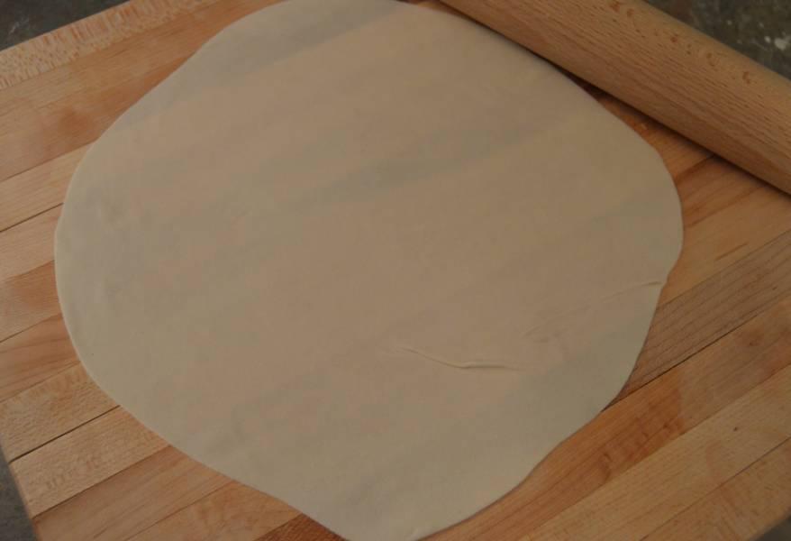 2. Делим тесто на одинаковые кусочки (у меня получилось 8 штук), и из каждого раскатываем скалкой тонкий пласт.