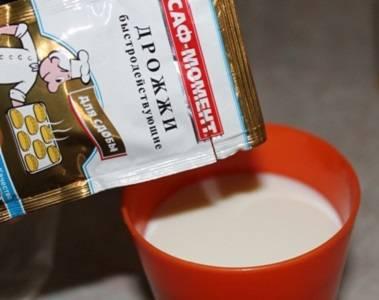 """1. Первым делом нужно нагреть немного молоко (не доводить до кипения) и растворить в нем сахар. Затем всыпать дрожжи и дать им начать """"работать"""". В рецепт приготовления пирожков со сгущенкой можно использовать как обыкновенные, так и сухие дрожжи. Добавить немного муки и оставить на 5-10 минут."""