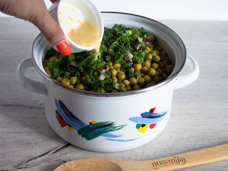 Для заправки смешайте ароматное масло, уксус и горчицу. Добавьте в салат и тщательно перемешайте.