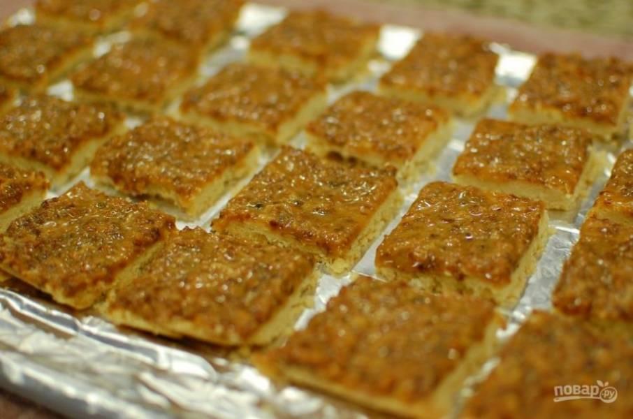 8.Оставьте пирог на 10-15 минут, чтобы схватилась верхняя часть, затем разрежьте на кусочки.