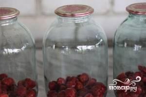 Разложить ягоды в заранее пастеризованные банки.