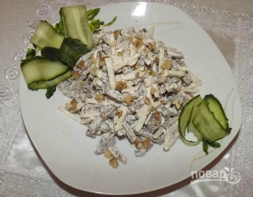 4. Орехи я рекомендую подавать отдельно или присыпать ими салатик непосредственно перед подачей, чтобы они не размокали, а оставались хрустящими.  Приятного аппетита!