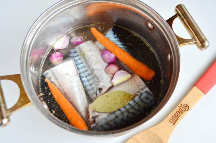 2. Положите рыбу в кастрюлю, туда же отправьте лук и морковь, лавровый лист, щепотку тимьяна, белое вино.  Посолите, поперчите. Доведите до кипения, накройте крышкой, снимите с огня и оставьте на 15 минут.