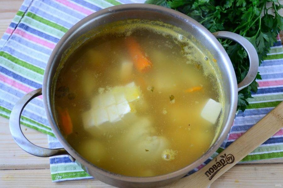 Итак, в кипящую воду кладем картофель, лук, морковь (и натертую, и целую), а также предварительно отваренную и порезанную на кусочки куриную грудку. Варите суп на среднем огне после закипания 20 минут, за это время и картофель, и лук, и морковь должны провариться и стать мягкими, если же этого не случилось, то поварите еще немного. Когда все овощи будут готовы, отправьте в суп плавленый сыр, посолите и добавьте любимые специи, мне очень нравятся в этом супе щепотка душистого перца и немного орегано. Хорошо перемешайте и проварите суп еще 3-5 минут, пока сыр полностью не расплавится и суп не станет красиво-белым.