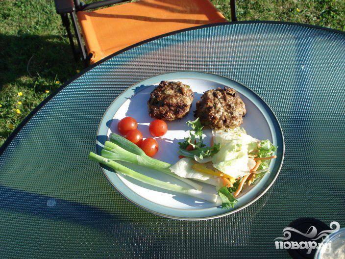 4.Подавать на стол немедленно. По желанию, можно подать котлеты в булочке для бургера, приправив кетчупом и горчицей или с салатом.