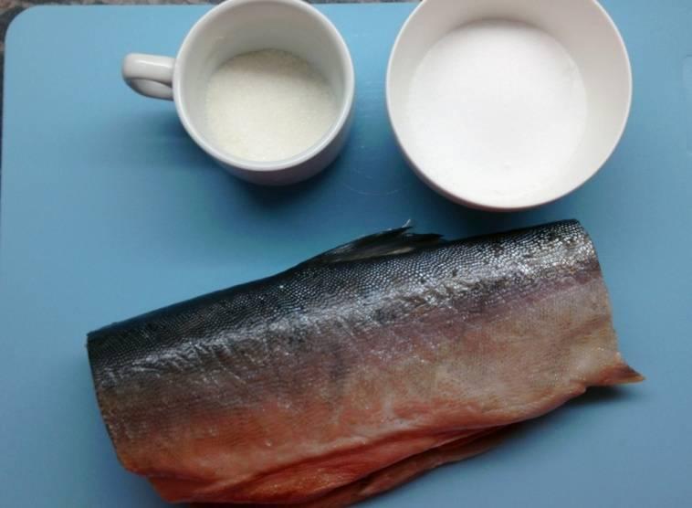 Высушиваем очищенную рыбу при помощи бумажных полотенец, подготавливаем остальные ингредиенты.