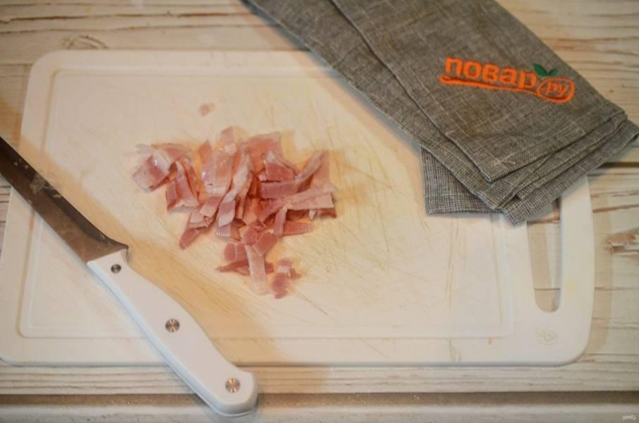 7. Грудинку нарежьте соломкой и добавьте в сковороду вместе с лавровым листом.