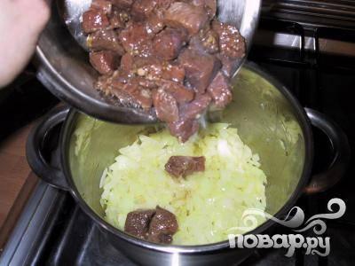 3. Обжарить нарезанный лук в оливковом масле. Добавить мясо, как только лук начнет менять цвет. Когда говядина станет коричневого цвета, добавить болгарский перец и жарить вместе еще пару минут.