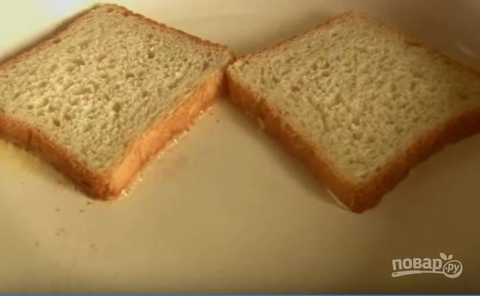 2. Выложите хлеб маслом вниз на разогретую сковороду.