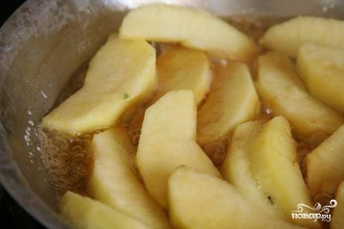 2. Добавить яблоки и 1 столовую ложку кленового сиропа. Жарить до тех пор, пока яблоки не станут мягкими, примерно 5 минут. Добавить оставшиеся ½ чашки кленового сиропа и корицу. Тушить примерно 1 минуту.