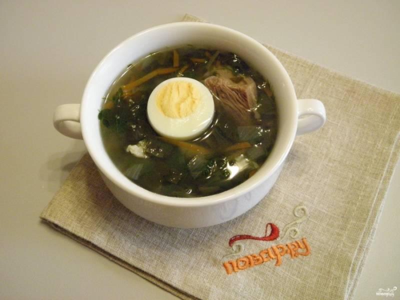 Разлейте суп по тарелкам, добавьте по половинке яйца. Можно добавить сметану. Подавайте суп горячим. Приятного аппетита!