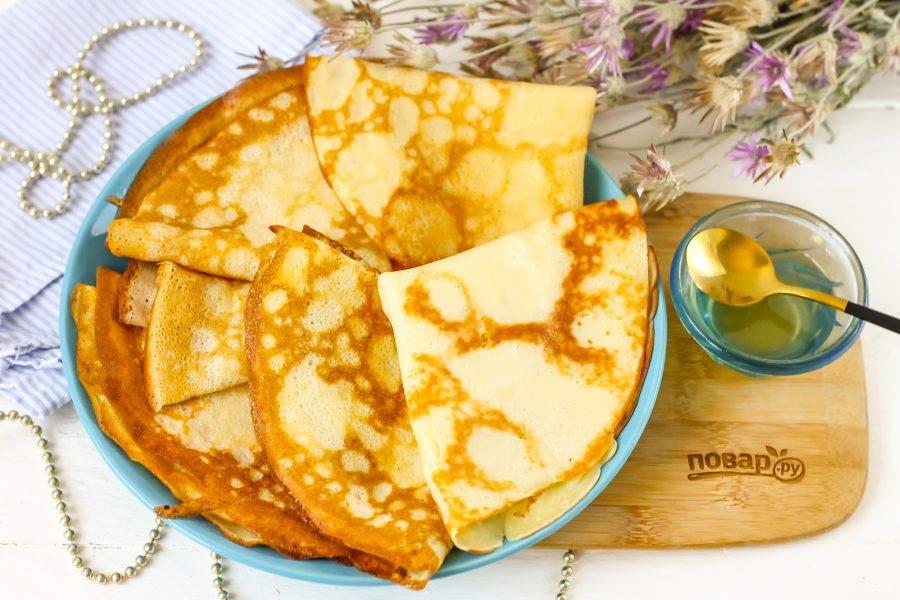Подайте кето-блины к столу с медом или другими сладкими начинками.