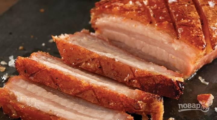 6.После сигнала о готовности достаньте свинину и выложите на салфетку, затем остудите и отправьте в холодильник на несколько часов, перед подачей на стол тонко нарежьте.
