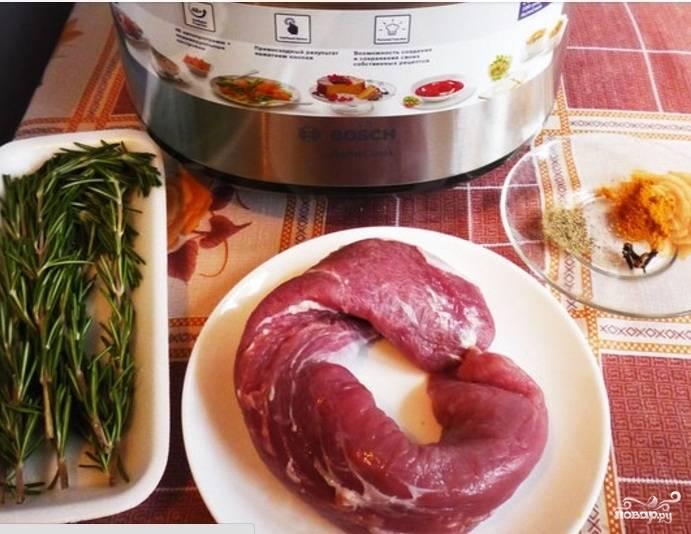 1. Перед приготовлением свиную вырезку нужно тщательно замариновать. Делать это можно в вине, гранатовом соке (как в данном рецепте), уксусе или готовить ее просто в овощном бульоне.