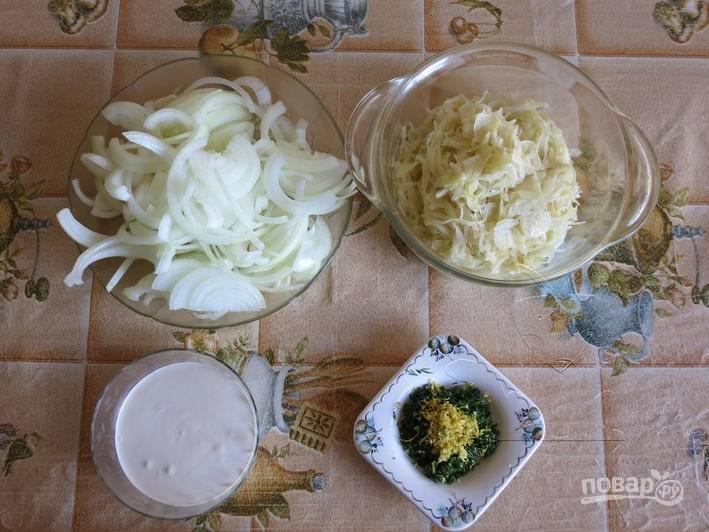 В сковороде разогрейте растительное масло, обжарьте на нем мелко нашинкованную белокочанную капусту до полуготовности. В пиале смешайте майонез и сметану. Лук очистите и нарежьте полукольцами.