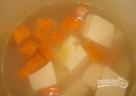 Добавляем сырок в кастрюлю к овощам, помешивая, варим до закипания и растворения сыра.
