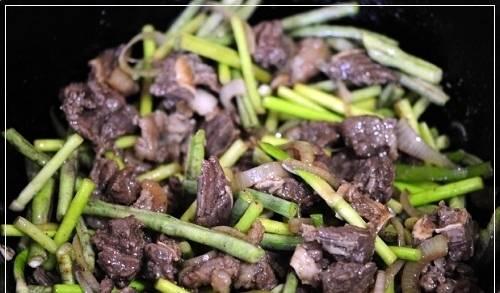 4. Лук измельчаем и отправим жариться к мясу, когда вся лишняя вода из казанка испарится. Когда лук станет прозрачным - добавим дудки и джусай. Солим, перчим, добавим специи.