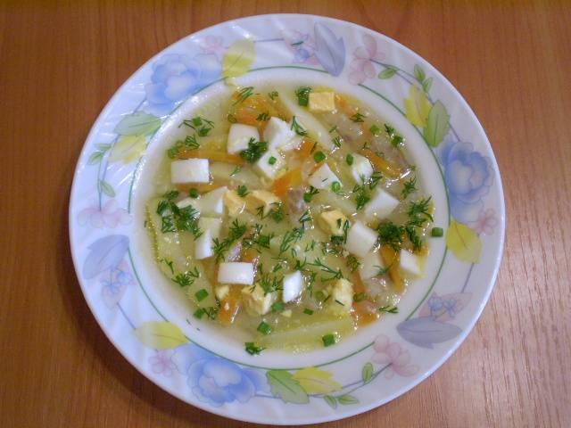 11. Заправляем суп яйцом и рубленой зеленью. Приятного аппетита!