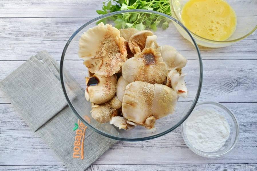 Для маринада соедините соевый соус, имбирь, чеснок, паприку. Маринуйте грибы в течение 15 минут. Яйца взбейте вилкой.