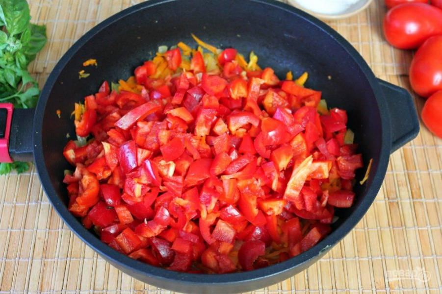 Болгарский перец чистим, режем кусочками и высыпаем в сковороду. Готовим минут 10.